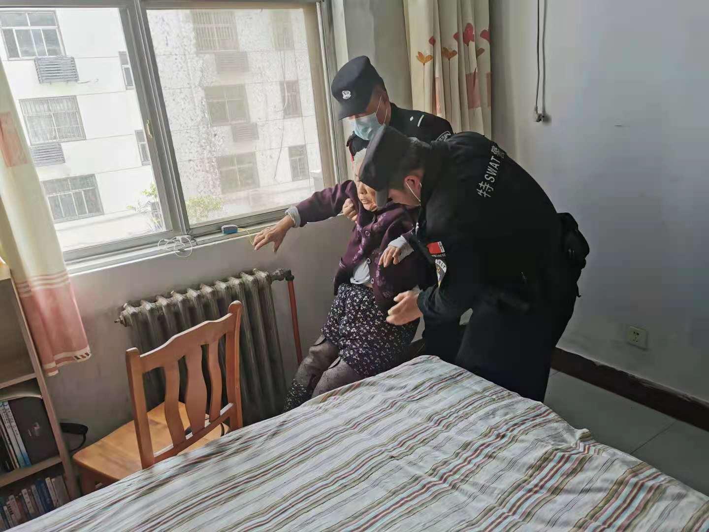 老人不慎反锁家中 快反民警及时救援