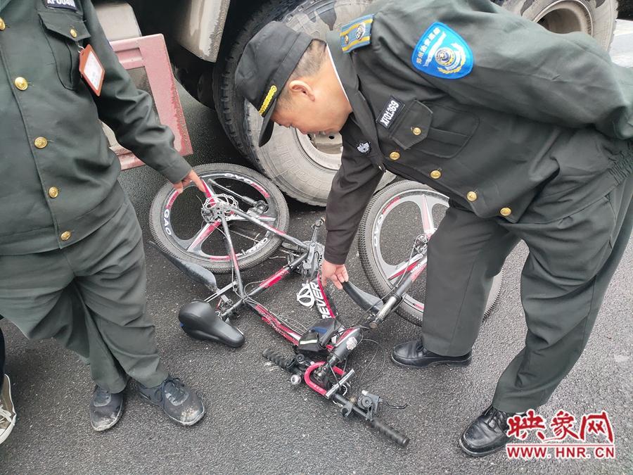 郑州一垃圾清运车转弯遇盲区 中学生骑自行车被挂倒致脚踝骨折