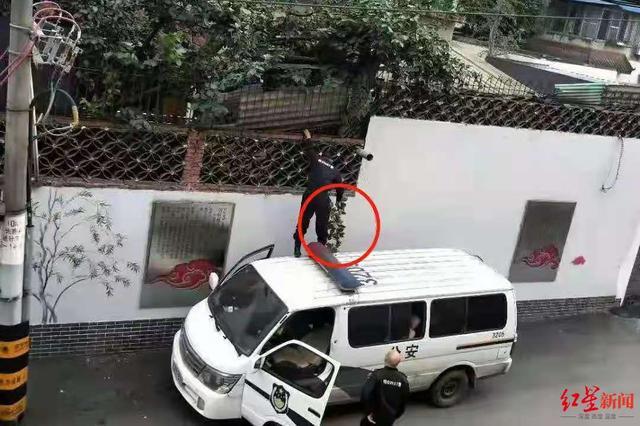 辟谣!网友说警察竟然站在警车顶上偷樱桃,真相实在是太委屈……