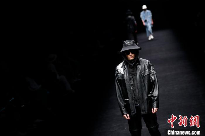 4月6日晚,2021秋冬上海时装周拉开帷幕。 汤彦俊 摄