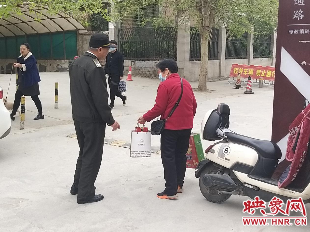 荥阳七旬老人走亲戚迷路郑州街头 巡防队员耐心询问助其回家