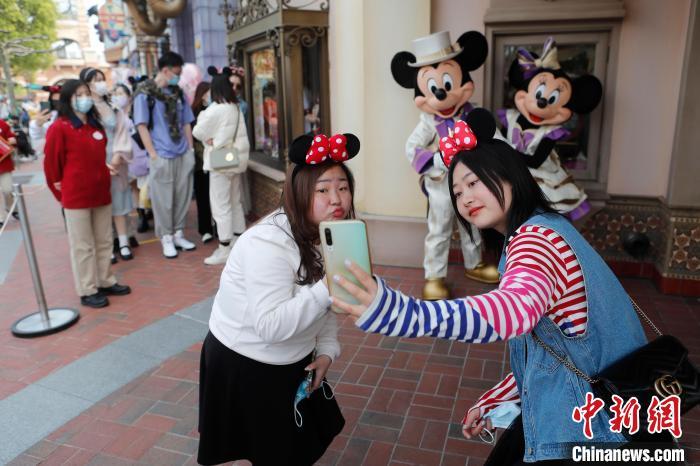 游客在上海迪士尼�园��通形象�影留念 殷立勤 摄