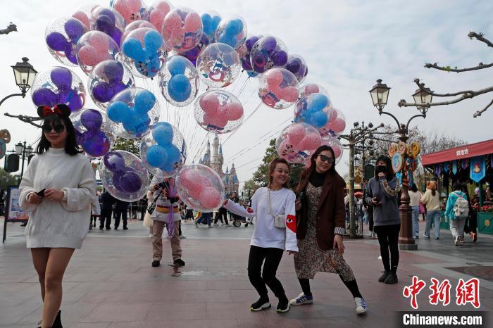 游客在上海迪士尼�园�影留念。 殷立勤 摄