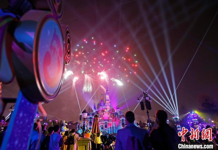 """上海迪士尼�园上演全新夜光幻影秀——""""奇梦之光幻影秀�。 殷立勤 摄"""