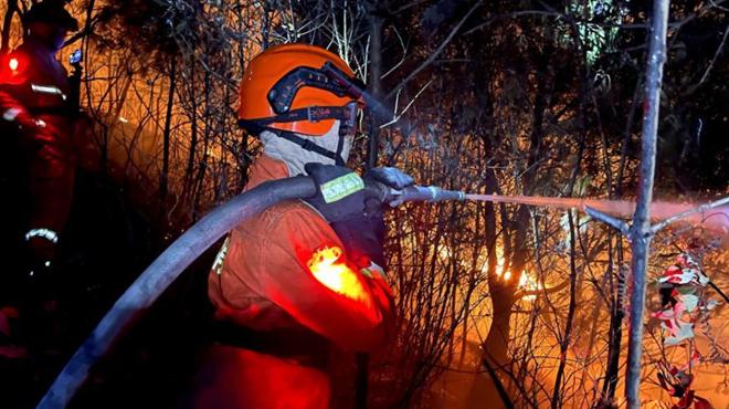 福建森林消防连夜扑救森林火灾
