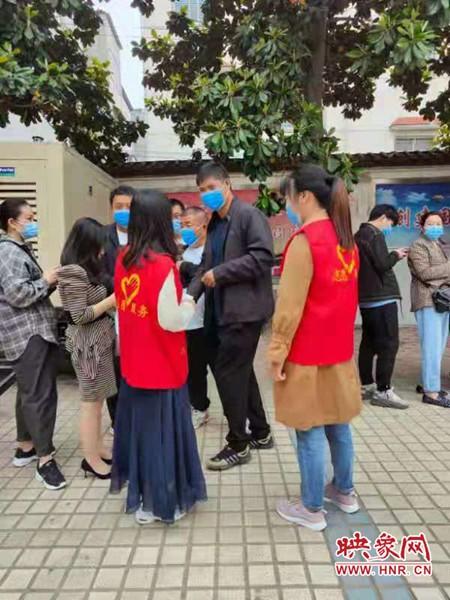 西平县司法局志愿者引导群众接种疫苗构筑免疫安全屏障