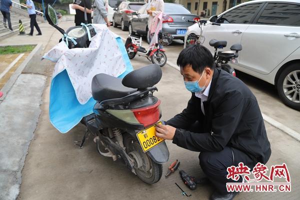 鹤壁中院组织干警开展电动自行车上牌工作