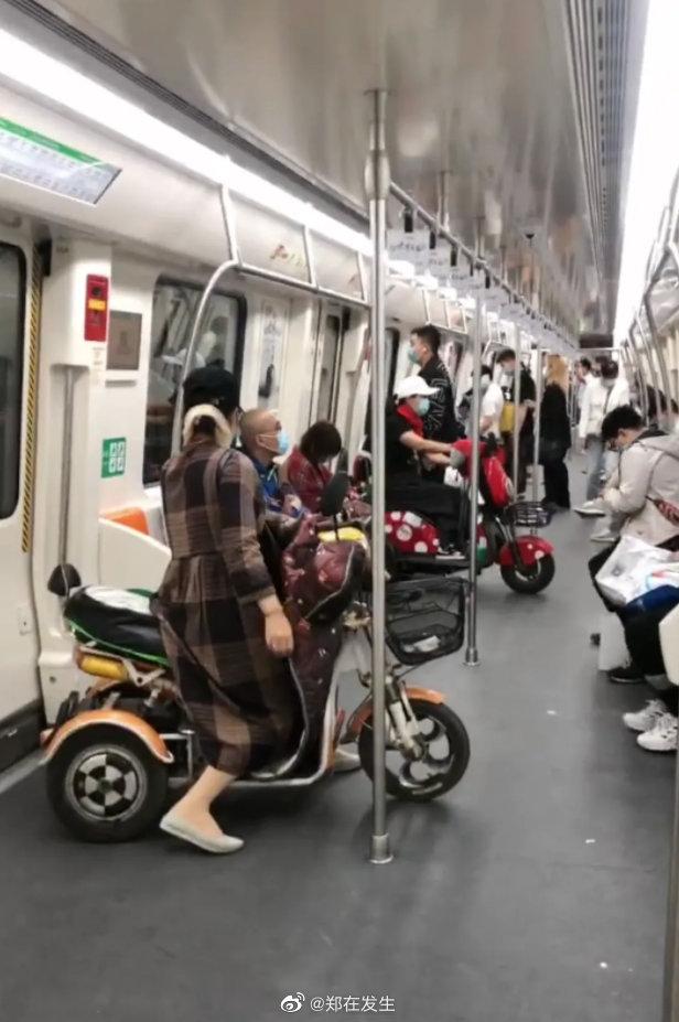 郑州地铁进电动车引争议 官方:系残疾人助力车
