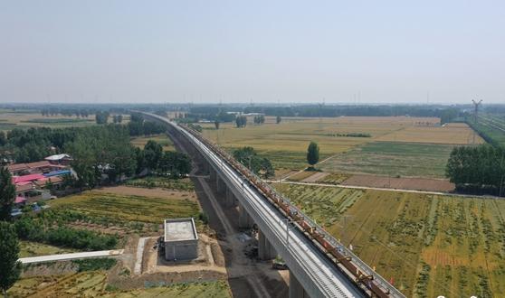 郑济高铁河南段铺轨 全线贯通后郑州到济南只需2小时