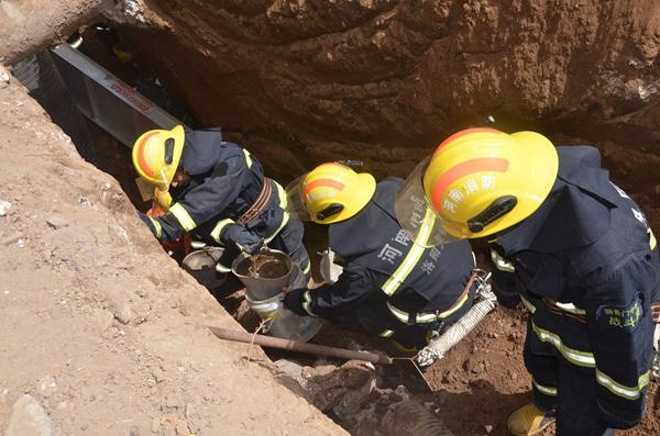 洛阳工地塌方,男子被掩埋仅露出头部,消防员徒手挖掘4小时成功营救
