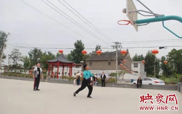 郏县王集乡:昔日臭水沟 今变村花园