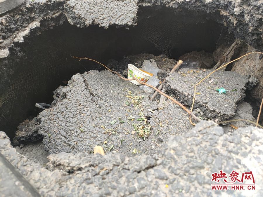 """郑州经三路非机动车道发生塌陷 多辆电动车险""""入坑"""""""
