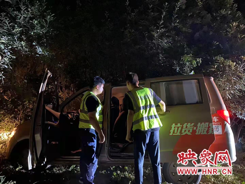 """郑州:三轮车大灯""""晃瞎""""对面车辆 货拉拉被迫开进绿化带"""