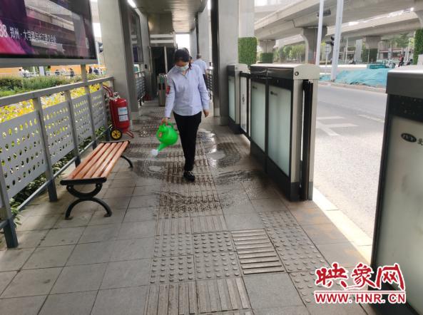 """郑州开启""""烧烤模式"""" 快速公交坚守岗位为乘客提供便捷服务"""