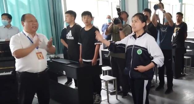 唱豫剧的新疆维吾尔族姑娘