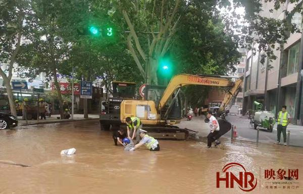 郑州纬五路爆管后正欲抽水除险 男子骑电动车连人带车冲入水坑