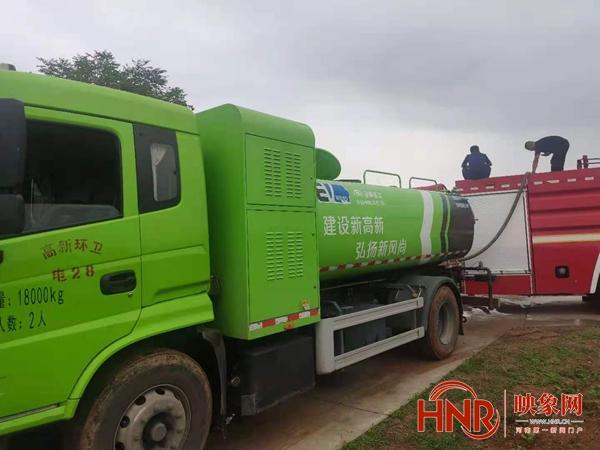 洛阳高新住建部门驱车走过泥泞山路为村民紧急供水