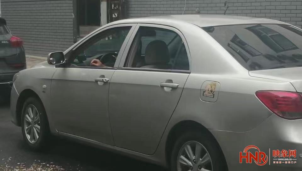 男车从车窗狂吐瓜子皮惹众怒 郑州警察:自己清理干净