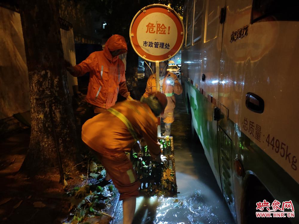 大雨突袭郑州 市政人员夜间值守确保道路通行安全