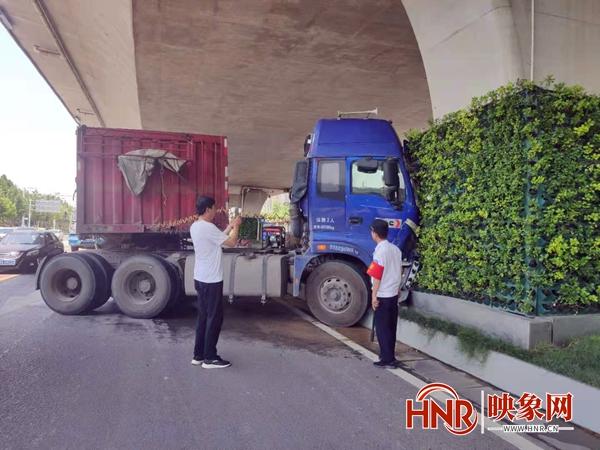 大货车为避让变道车辆撞向桥墩 没有造成人员伤亡