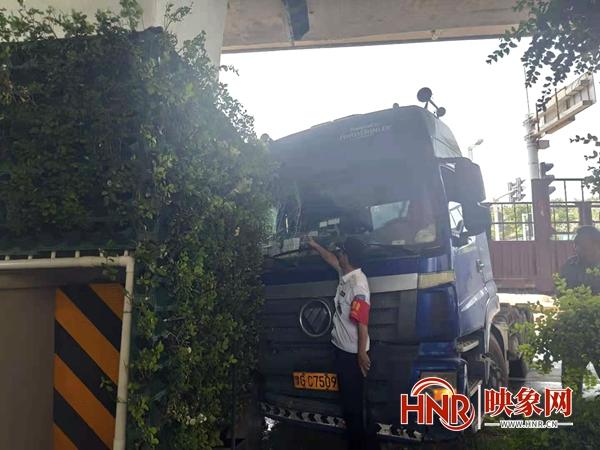 大货车为避让变道车辆撞向桥墩 立体绿化严重毁坏