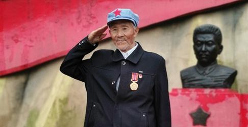 王茂贵:烈士墓前忆革命 英雄精神永流芳