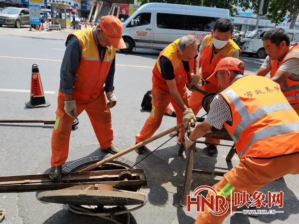 气温或超40℃ 郑州市政工人用汗水维护市区道路设施