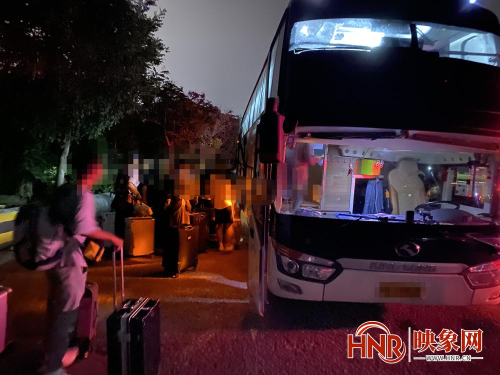29名大学生滞留开封服务区近4小时 河南高速交警伸出援手