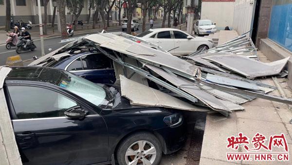 郑州:大风吹落灯箱铁架 砸中奔驰车