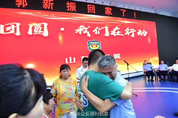 照片公布! 电影《失孤》原型郭刚堂和儿子相拥 妻子已哭成泪人