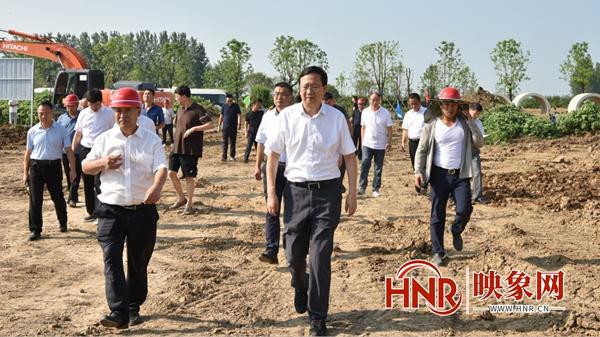 平舆县委书记赵峰就重点项目进行现场办公