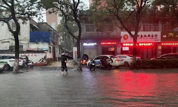 暴雨袭城涵洞暂停通行 信阳市发布暴雨红色预警