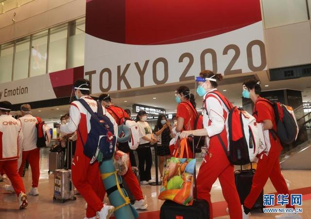 中国体育代表团部分成员抵达日本东京