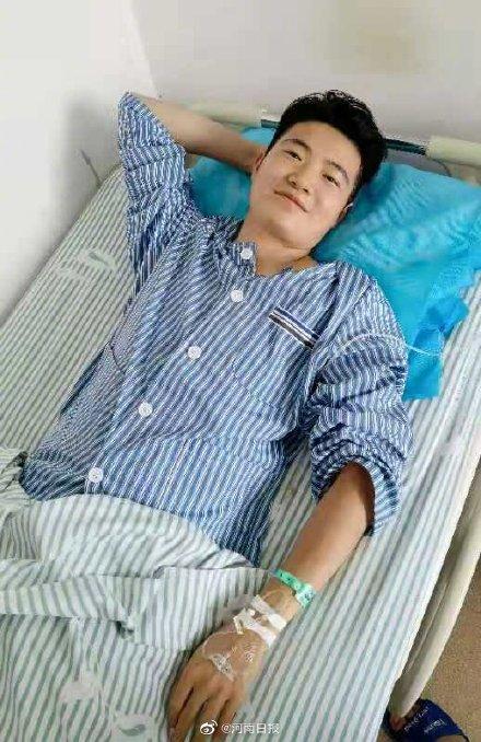 河南人真中!郑州地铁5号线救人的他累倒了