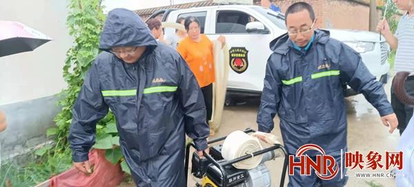 平顶山青石山街道:村民家中进水 抢险人员紧急排涝