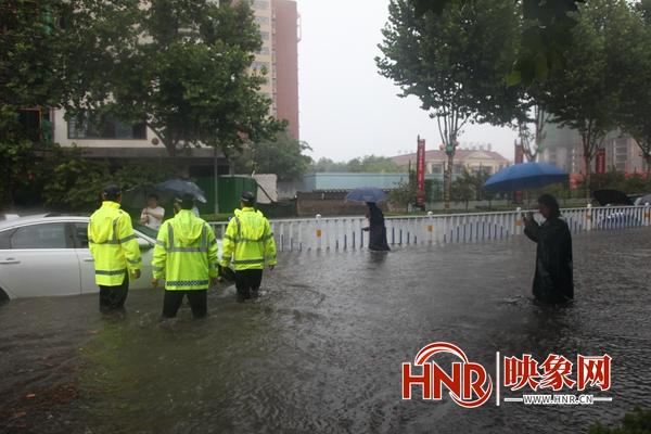 """郏县公安:暴雨中那一抹温馨的""""警察蓝"""""""