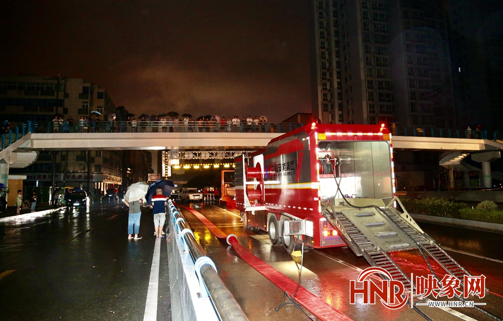 暴雨下的郑州之夜