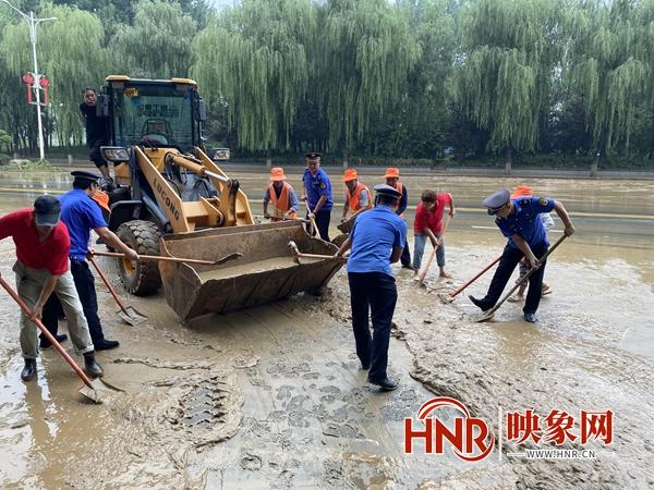 鲁山县全力以赴开展雨后淤泥清洁工作