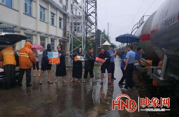 特大暴雨致多趟列车临时停靠 郑州铁路部门全力疏散滞留旅客
