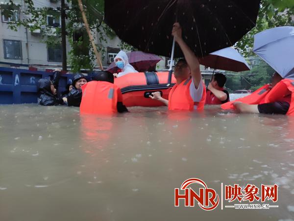 郑州84岁老人独自被困家中 救援人员肩扛皮筏艇将老人救出