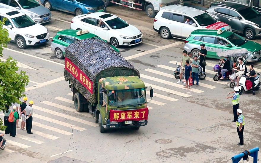 万众一心,加油河南!行人和车辆主动为解放军车队让出通道