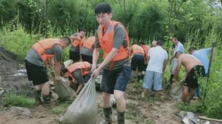 许昌学院青年学子积极投身当地抗汛工作