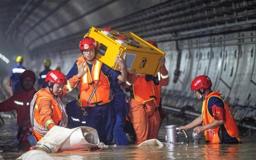 武汉消防员抢排郑州地铁隧道积水
