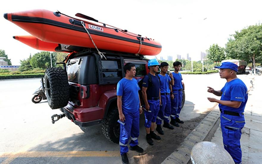 暴雨中的救援队员:随身带着救援包 早已为自己写好了遗书