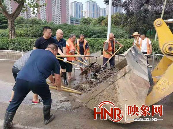 铲淤泥、清树枝、除垃圾 郑州集中开展雨后环境卫生清洁
