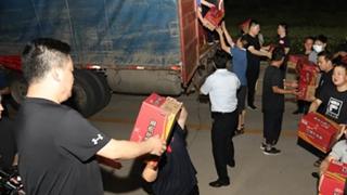 """志愿者组成""""人工传送带"""" 搬卸救灾物资"""
