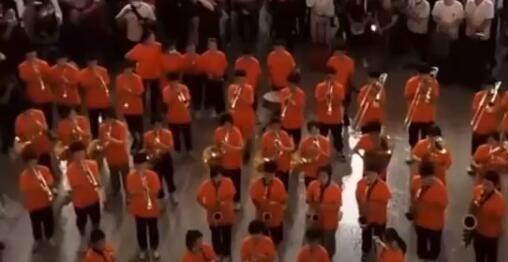 交响乐团在郑州东站演奏《我和我的祖国》 现场网友:瞬间鼓舞了情绪。
