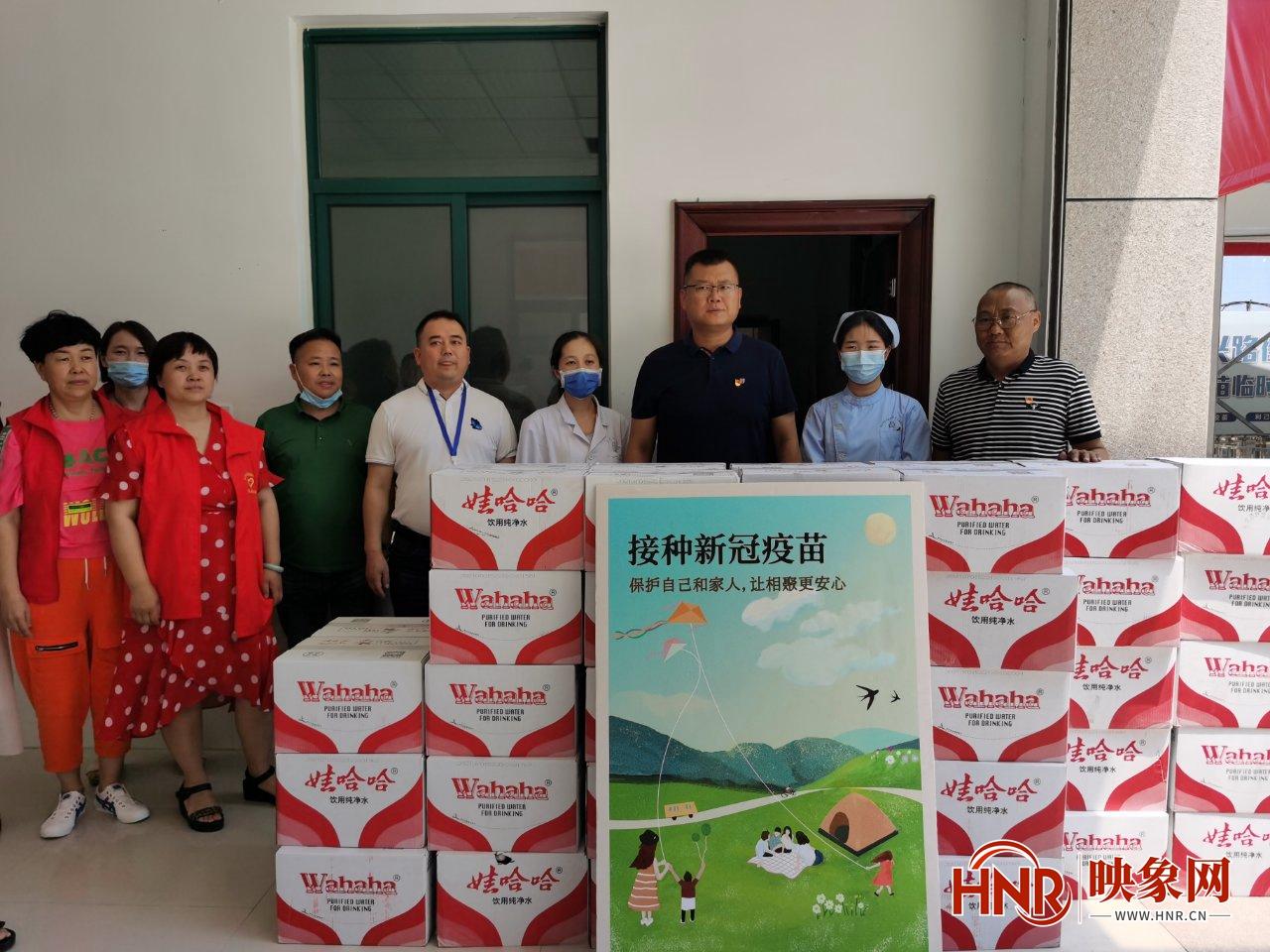 郑州一老党员抗疫时捐10万元 为支持疫苗接种又捐400箱纯净水