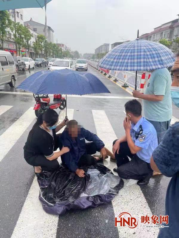 汝南县:七旬老人雨天骑车摔倒 暖心辅警撑伞救助
