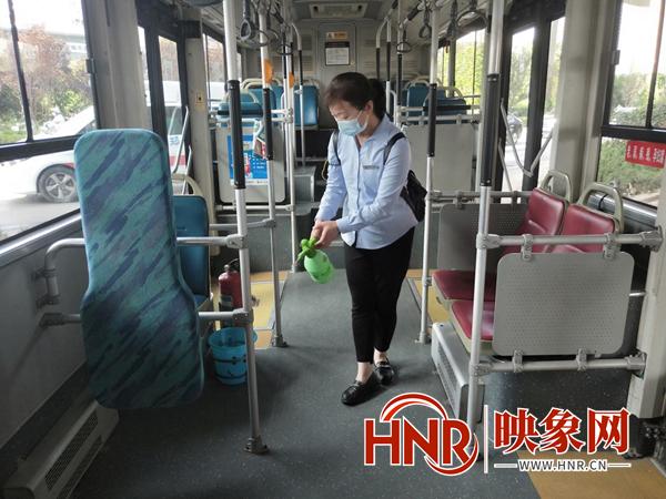 严格落实消杀制度 郑州公交车实行一趟一消杀